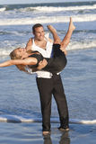 Mann-und Frauen-Paare, die romantischen Spaß auf Strand haben Stockfotografie