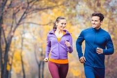 Mann- und Frauenbetrieb als Eignung tragen in einem Herbstpark zur Schau stockfoto