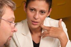 Mann- und Frauenfachmanndialog Stockfoto