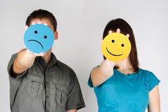 Mann- und Frauenholding traurig und Spaßlächeln Lizenzfreies Stockfoto