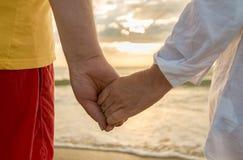 Mann- und Frauenholdinghände Stockbild