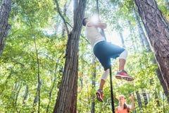 Mann- und Frauenkletterseil für Sport im Wald Stockbilder