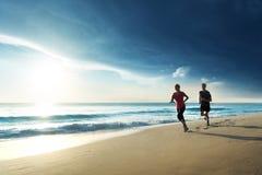 Mann- und Frauenlaufen lizenzfreies stockfoto
