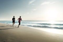 Mann- und Frauenlaufen stockfoto