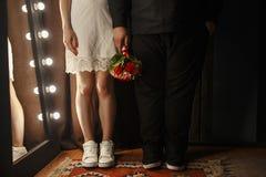 Mann- und Frauenpaarhändchenhalten Stockfotos