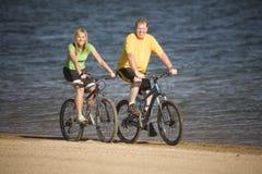Mann- und Frauenreitfahrräder stockfotos