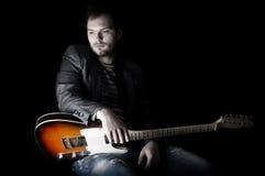 Mann und Gitarre lizenzfreie stockbilder
