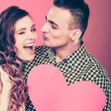 Mann und glückliche blinkende Frau Zu küssen Mann und Frau ungefähr Lizenzfreies Stockbild
