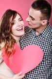 Mann und glückliche blinkende Frau Zu küssen Mann und Frau ungefähr Stockfotografie