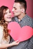 Mann und glückliche blinkende Frau Zu küssen Mann und Frau ungefähr Stockfoto