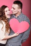 Mann und glückliche blinkende Frau Zu küssen Mann und Frau ungefähr Stockbild