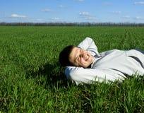 Mann und grünes Feld Stockfotos