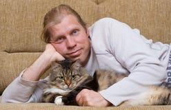 Mann und große Katze Stockbild