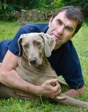 Mann und Hund draußen lizenzfreies stockbild