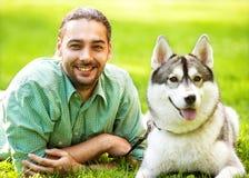Mann und Hund im Park Stockfoto