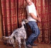 Mann- und Hundespielen Lizenzfreie Stockbilder