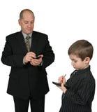 Mann und Junge, der PDA verwendet Stockbild