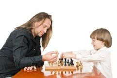 Mann und junges Jungenspielen Stockfoto