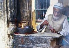 Mann und Kerze in einem moslemischen Schrein in Neu-Delhi Lizenzfreie Stockfotos