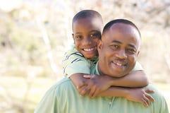 Mann und Kind, die Spaß haben stockfoto