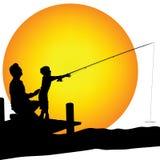 Mann und Kind shilouette Fischen Lizenzfreie Stockbilder