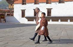 Mann und Kind von Bhutan in der traditionellen Kleidung, Thimphu, Bhutan Lizenzfreie Stockbilder