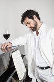 Mann und Klavier Stockfoto