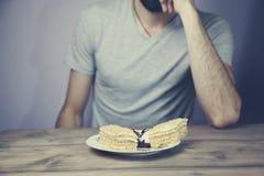 Mann und Kuchen Stockfotos