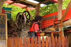 Mann und lokales Handwerk in Dominica Lizenzfreies Stockfoto