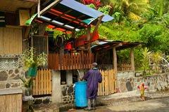 Mann und lokales Handwerk in Dominica Stockfoto