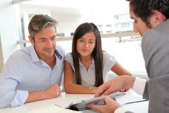Mann und Mädchen in der Immobilienfirma Stockfoto