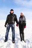 Mann und Mädchen, die auf schneebedecktem Bereich stehen Stockbild