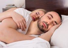 Mann und Mädchen, die schlafen und umarmen Lizenzfreies Stockbild