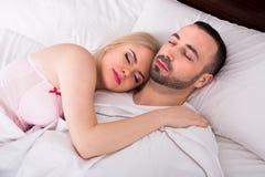 Mann und Mädchen, die schlafen und umarmen Stockfotografie