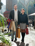 Mann und Mädchen mit Käufen an der Straße Lizenzfreies Stockbild