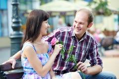 Mann und Mädchen mit Wein am Kaffee auf einem Datum stockbild