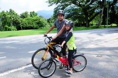Mann-und Mädchen-Radfahren Stockbilder