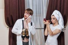 Mann und Mädchen gehen zur Partei Stockfotos
