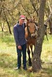 Mann und Pferd lizenzfreie stockbilder