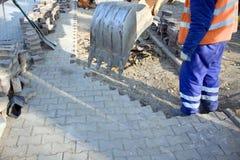 Mann und Planierraupe, die an Baustelle arbeiten Lizenzfreies Stockbild