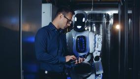 Mann- und Roboterweg in einem Serverraum, Abschluss oben stock video