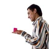 Mann und rosafarbener Kasten Stockfotografie
