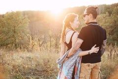 Mann und schwangere Frau, die Händchenhalten auf dem Hintergrund der wilden Natur, Herbst umarmen Mädchen und Junge küssen im Gar lizenzfreies stockfoto