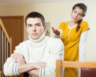 Mann und schwangere Frauen argumentieren gewöhnlicher Mann, der auf schreiendes deprimiertes w hört Stockbilder