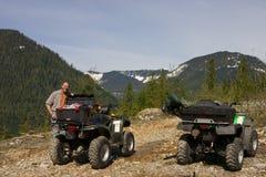 Mann und sein ATV lizenzfreie stockfotografie