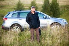 Mann und sein Auto stockfotografie