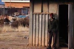 Mann und sein Haus Stockbild