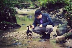 Mann und sein Hund Stockfotos