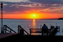 Mann und sein Sonnenuntergang lizenzfreies stockbild