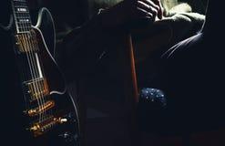 Mann und seine E-Gitarre Lizenzfreies Stockfoto